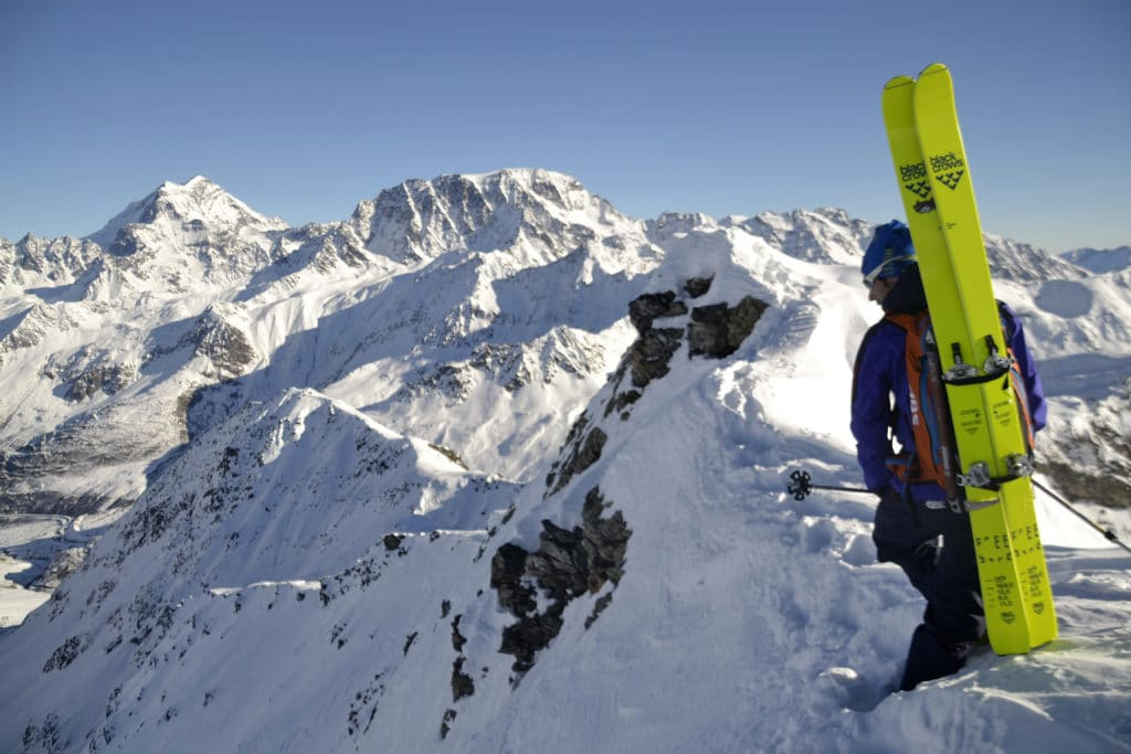 Freerider au sommet d'une montagne